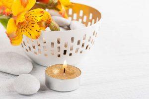 ritual con velas doradas