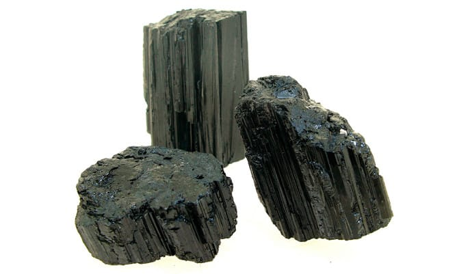 Trozos de piedra de turmalina negra